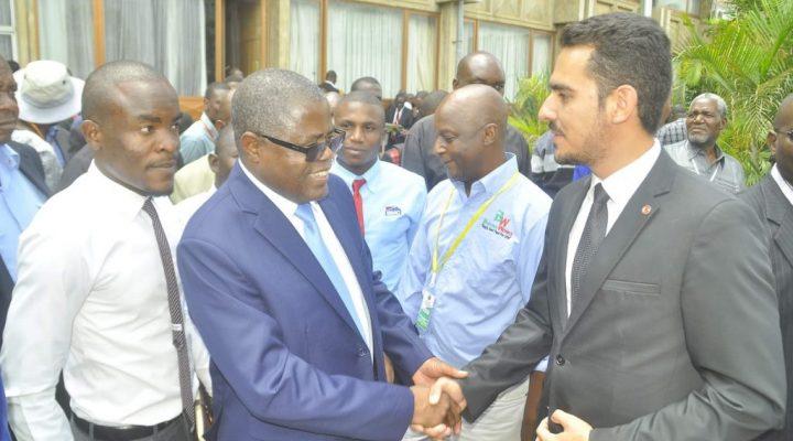 Notre Directeur Général, M. Burak Unal, avec le Ministre Zambien du Commerce, du Commerce et de l'Industrie, M. Chris B. Yaluma à Lusaka, en Zambie.